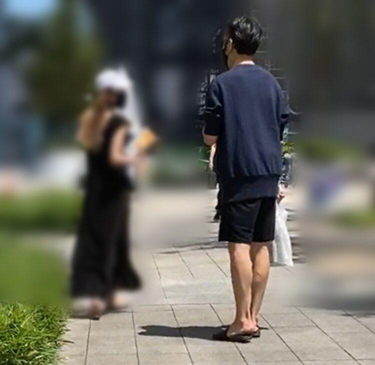女性が振り返り袴田吉彦と話す