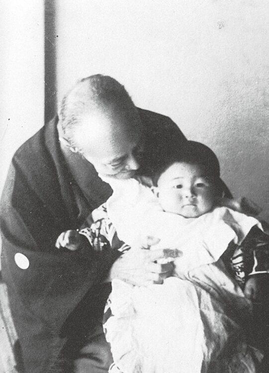 晩年孫を抱く徳川慶喜。孫は7男慶久の娘で、高松宮宣仁親王妃となる喜久子(写真/共同通信社)