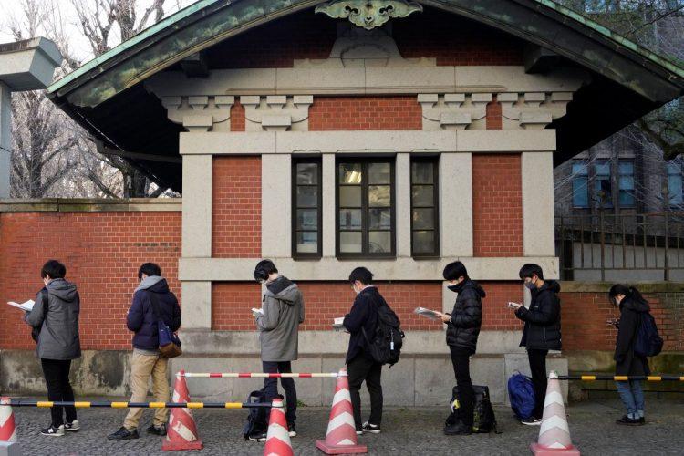 今年2月に行われた国公立大2次試験の前期日程の受験生(東大・本郷キャンパス/時事通信フォト)