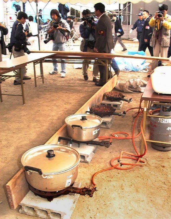 毒が入ったカレーはこのように鍋に入れられていた(現場検証を前に報道陣に公開された夏祭り会場の再現現場。時事通信フォト)