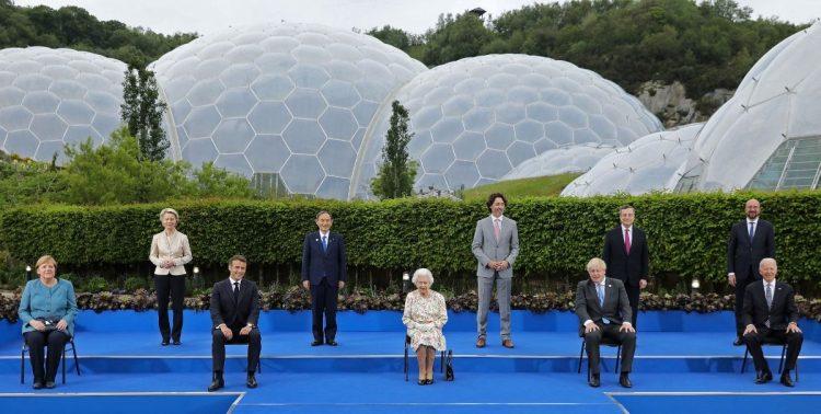 エリザベス女王との記念撮影には欧州委員会、欧州理事会トップも招かれたが文氏の姿はなし(AFP=時事)