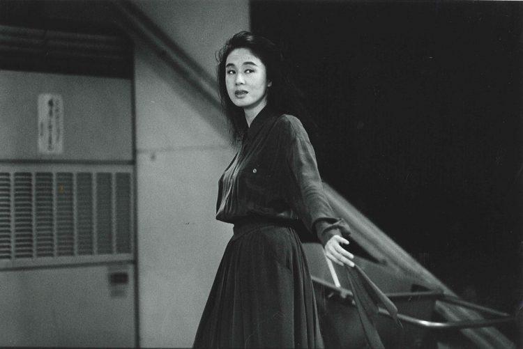 1980年代以降は女優としても精力的に活動。舞台や映画にも出演し、演技でもその存在を見せつけた