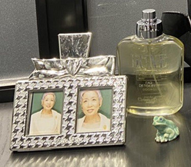 チズさんが愛用していた香水や写真立て、かえるの置物