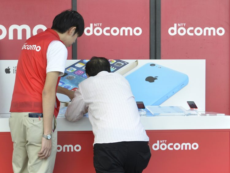 ドコモは顧客対応を行う従業員を優先(時事通信フォト)