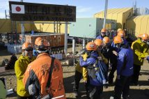 南極・昭和基地での第60次、第62次越冬交代式。高床式の建物が見える(時事通信フォト)