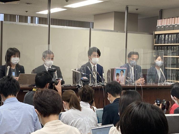 6月21日、被告人質問を終え弁護団らと会見に臨む松永さん(写真中央)と真菜さんの父・上原義教さん(写真左から2人目)。