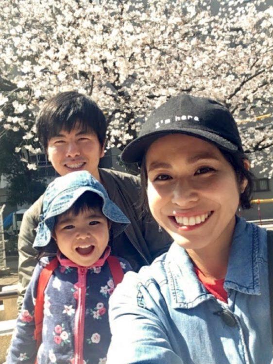 松永さん一家の幸せな日の思い出。犠牲になってしまった妻・真菜さんと長女・莉子ちゃんと春のお花見。(松永さん提供)