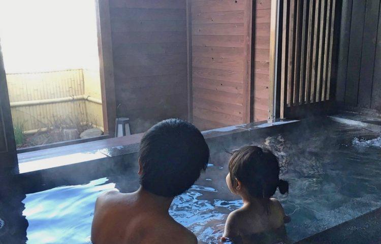 冬には家族で温泉へ(松永さん提供)。これら4点の写真は、松永さんが証拠資料として検察に提出した写真の一部。全てに詳細も記載されていた。