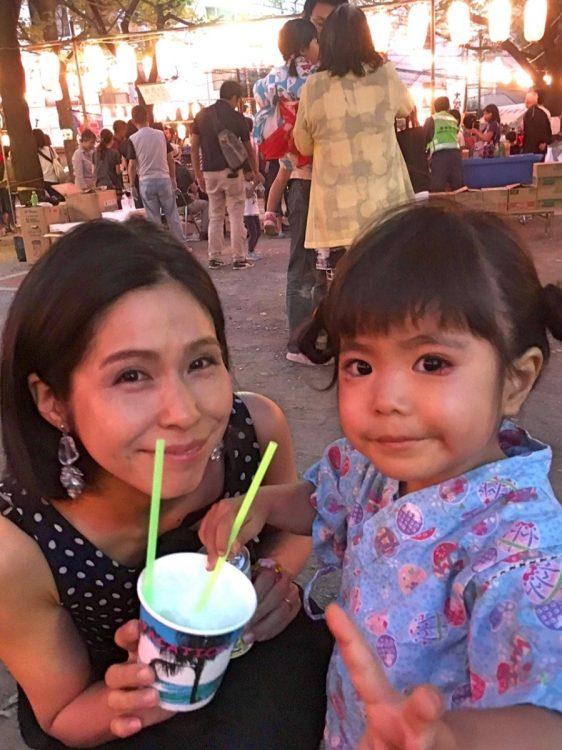 夏には真菜さん・莉子ちゃんと夏祭りへ。(松永さん提供)