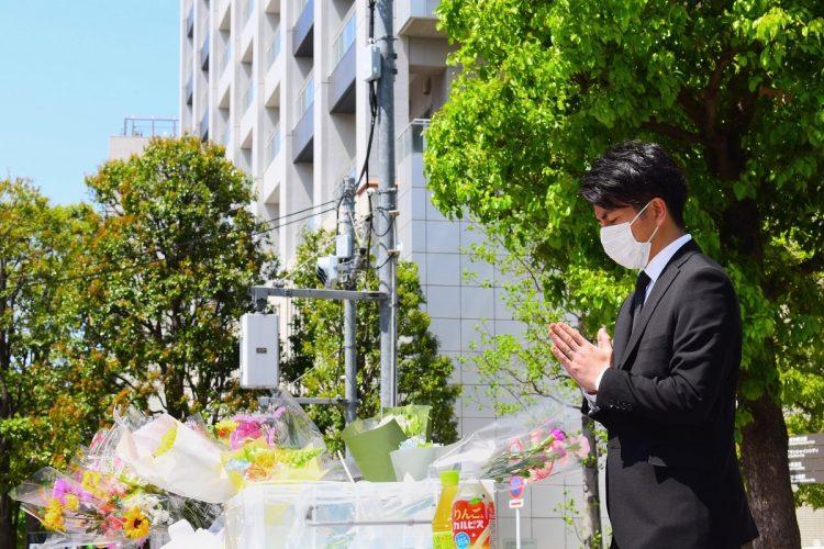 事故から2年がたった今年4月19日、現場近くに設置された慰霊碑前で追悼する松永さん。(c)時事