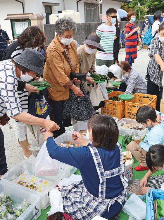 美味しいと評判の野菜や自家製の惣菜を求めて、地元の住民が殺到する人気店。この日はキュウリが飛ぶように売れていた