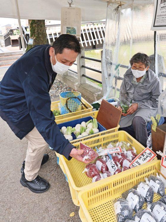 宮川朝市に仕入れに通う日本料理店「萬代」の主人・橋本猛さん。「このお店はアズキも最高なんです」