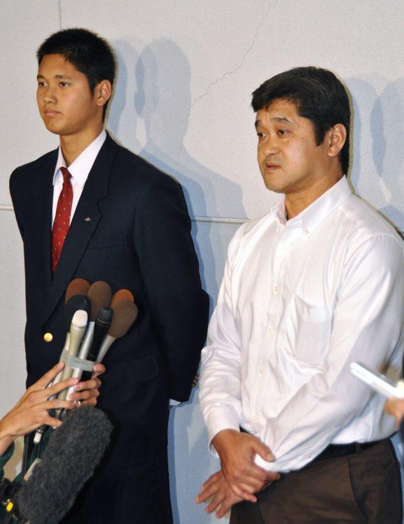大谷家の教育とは?(左から大谷翔平と父・徹さん/時事通信フォト)