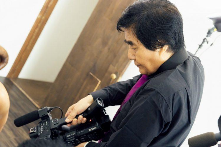 カメラを持つ村西とおる氏