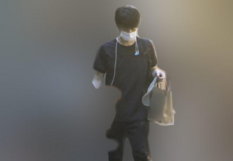 たくましい腕で荷物を持つ竹野内(2020年7月)