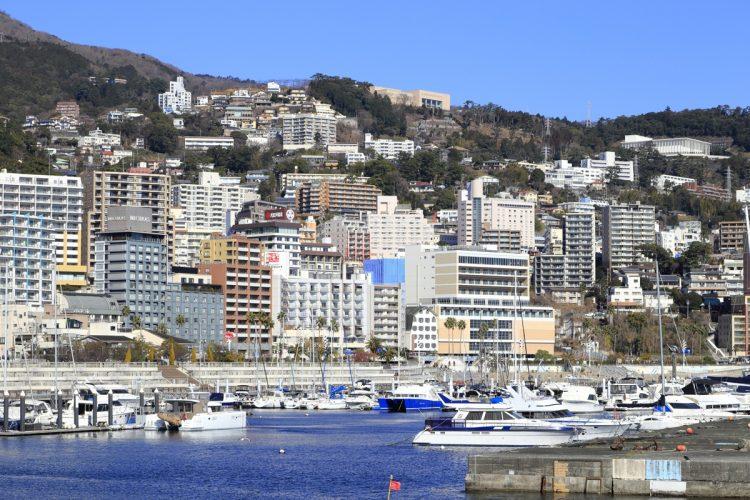 傾斜地に旅館や住宅が密集する熱海(共同通信社)