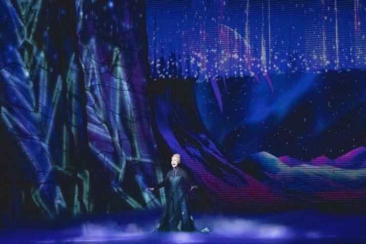 最大の見せ場は、やはりエルサの魔法。代名詞的なヒット曲『ありのままで』を歌いながらエルサが雪と氷の宮殿を創造していくさまは、幻想的で息をのむ美しさ