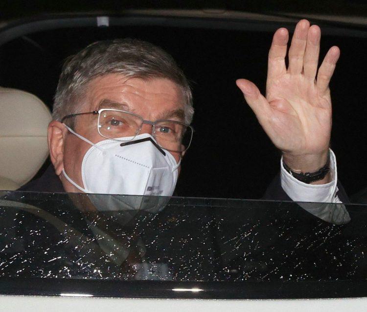 ホテルに到着し、車の窓を開けて手を振る国際オリンピック委員会(IOC)のトーマス・バッハ会長=2021年7月8日、東京都内[代表撮影](時事通信フォト))