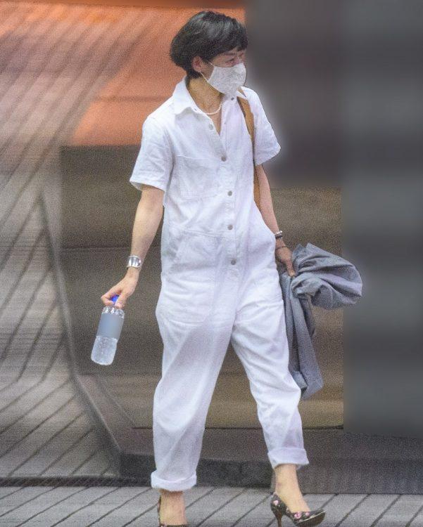 50代とは思えない、真っ白なオールインワン姿の鈴木保奈美