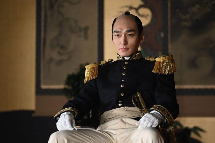 (c)NHK『青天を衝け』。第15代将軍徳川慶喜を演じる草なぎ剛。ちょんまげに洋装の軍服という時代の転換期を象徴する装い。この表情だけでも背負ったものの大きさを語っているようだ。