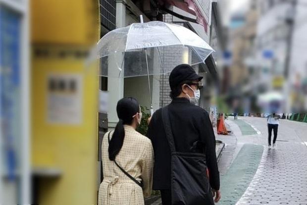 相合い傘で距離が近い、リリー・フランキーと園都