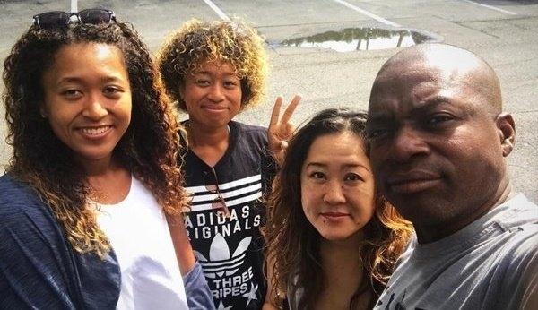 大坂選手のインスタグラムで公開された家族写真。姉・大坂まりさん(写真左から2番目)元テニスプレーヤー