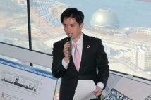 2019年1月、2025年国際博覧会の会場となる夢洲(奥右上)について説明する大阪市の吉村洋文市長(当時、時事通信フォト)