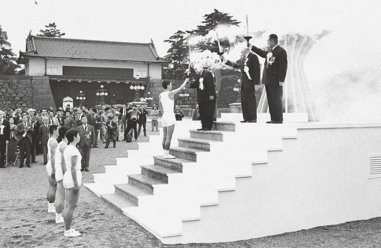 1964年東京五輪の名所、今はどうなっている?(写真は皇居前広場の聖火台/共同通信社)