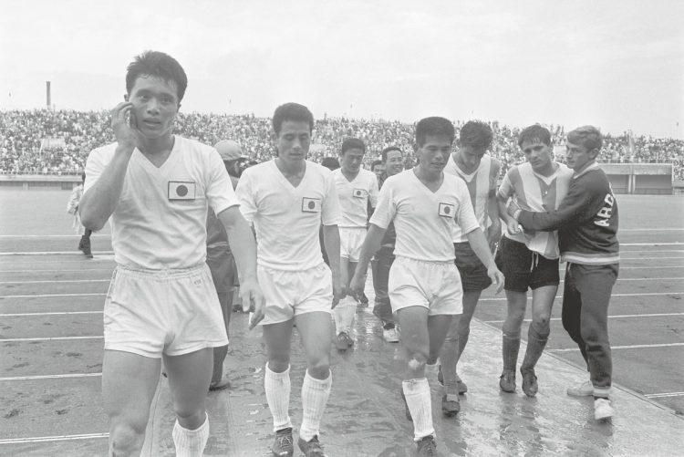 1964年東京五輪、サッカーのユニフォーム(写真/共同通信社)