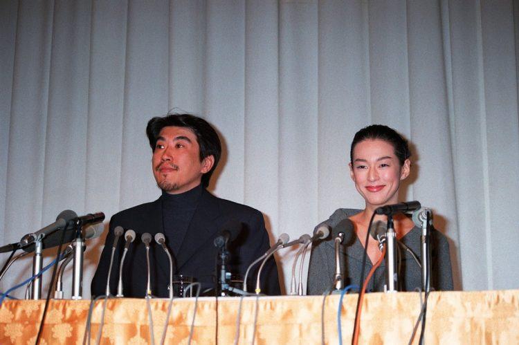 結婚会見を行う石橋貴明と鈴木保奈美(写真/時事通信社)