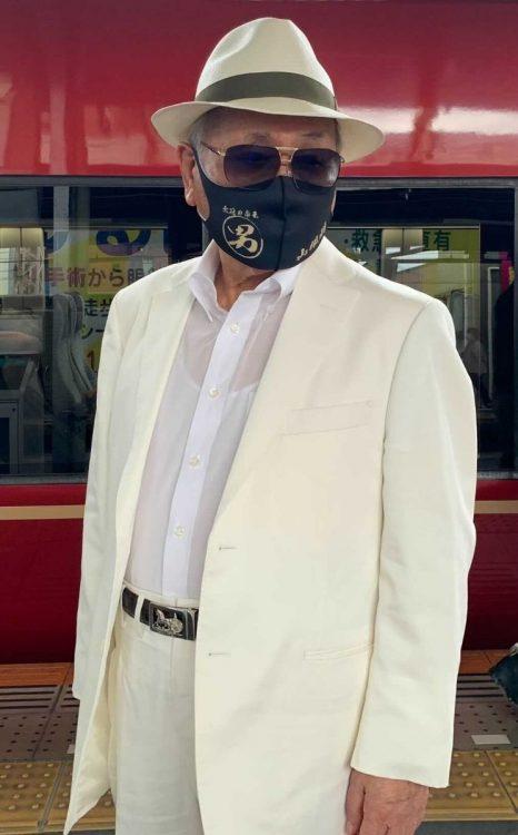 当日の観戦スタイル。マスクには「男」の文字が