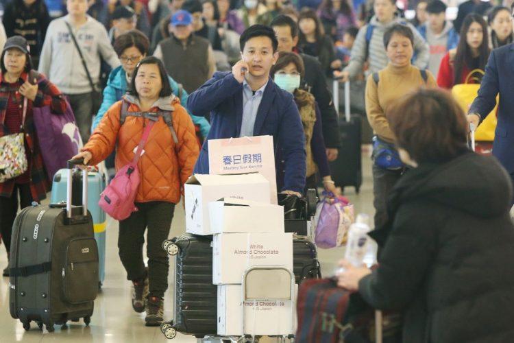 中国人による爆買いブームが起きた2016年(時事通信フォト)
