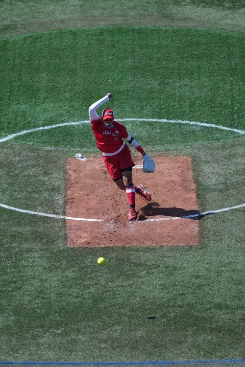 カナダ戦時のマウンド。上野の剛速球で打者のバットが折れる場面もあった