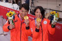 兄妹共に金メダルを手にした(