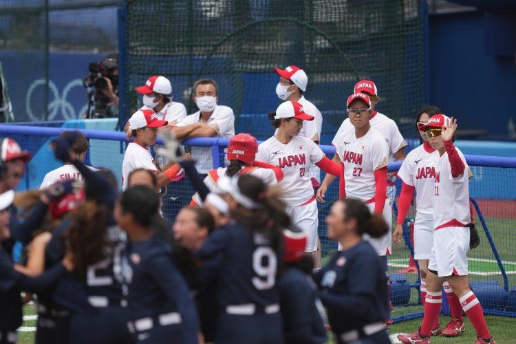 勝利を喜ぶ米国と見つめる日本