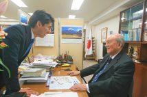 中曽根康弘氏に孫の康隆氏(左)が初当選を報告(写真は2017年撮影/本人提供)