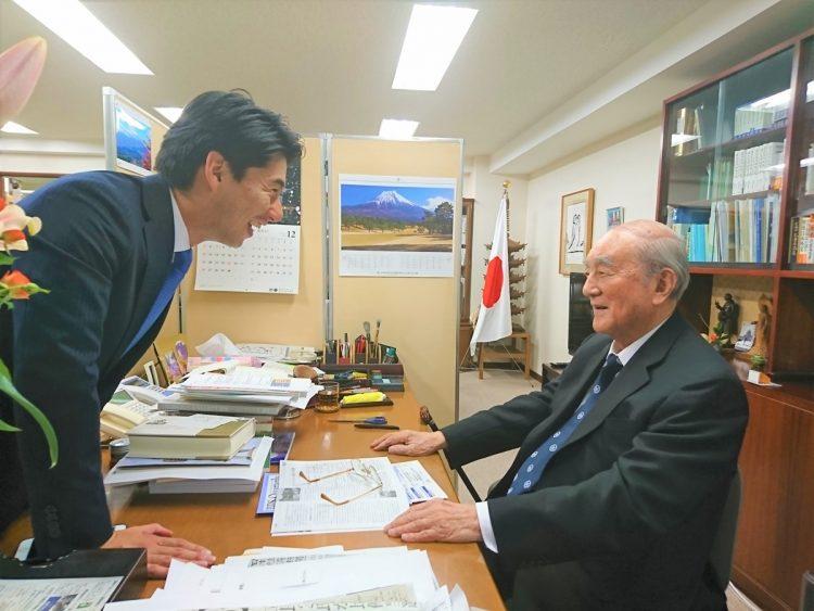 祖父に初当選の報告をする康隆氏(写真は2017年撮影/本人提供)
