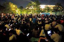 競技場周辺には、約4700人の人々が集まったという。特に五輪モニュメントの近くでは、少しでも雰囲気を味わいたいという人でごった返した