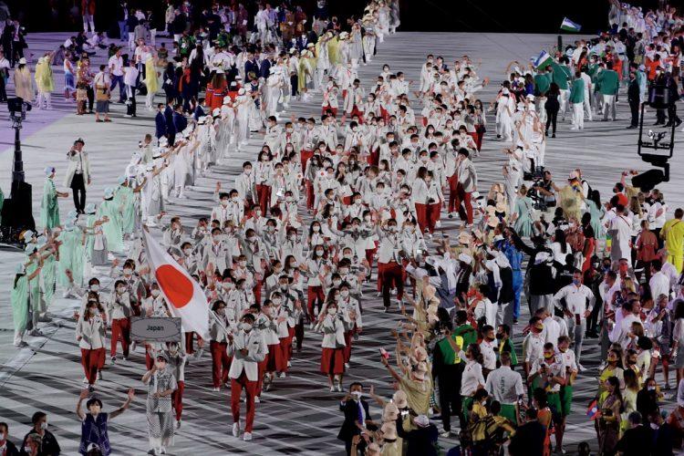 日本を代表する文化であるゲーム音楽に合わせ、206の国と地域の選手が入場。日本は過去最多となる582人の選手団のうち155人が開会式に参加した(Getty Images)