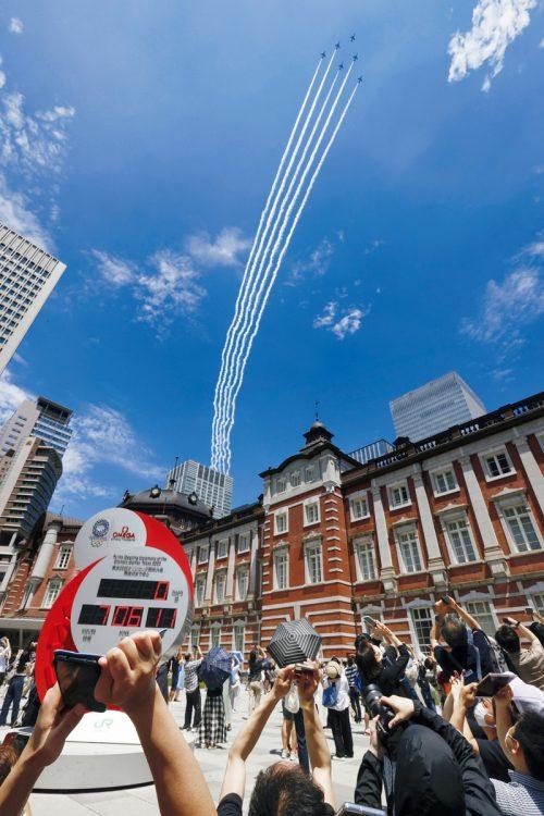 「ブルーインパルス」がJR東京駅の上空を飛ぶ(写真/共同通信社)