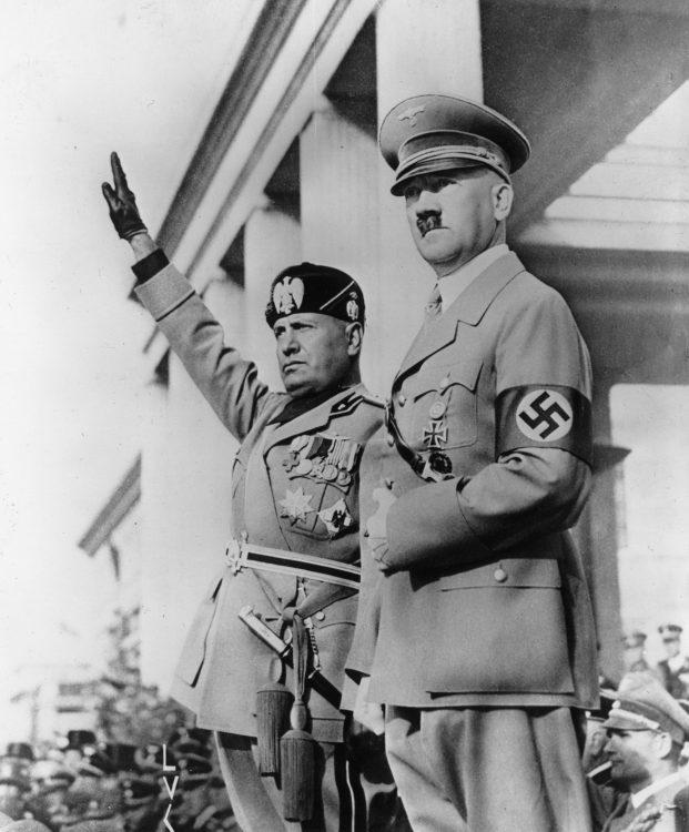ヒトラー(右)が師と仰いだムッソリーニ。しかし、女性関係は対照的だった(Getty Images)