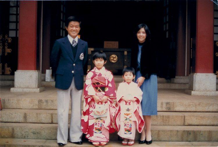 1973年に長女の花子さん、3年後に次女の舞子さんが生まれ、4人家族に。
