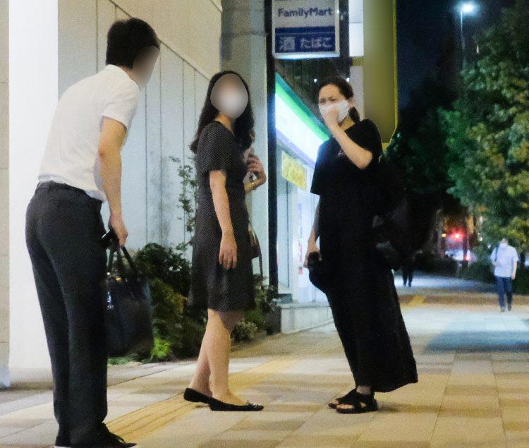 7月下旬、綾瀬(右)は拳を上下させ、鬼の形相でA氏の息子の税理士(左)に訴えかけていた