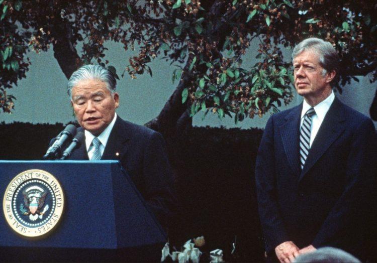 厳しい日米交渉の裏では「アメリカへの感謝」を語っていた(1980年、カーター米大統領と=CNP/時事通信フォト)