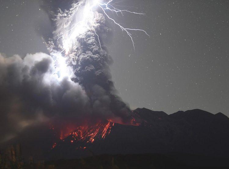 2020年12月、火山雷を伴って噴火した鹿児島・桜島(写真/共同通信社)