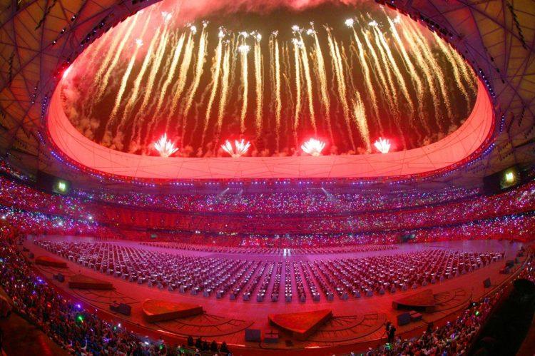 半年後の北京五輪開会式はどう行う?(写真は2008年の北京五輪開会式のセレモニー/共同通信社)