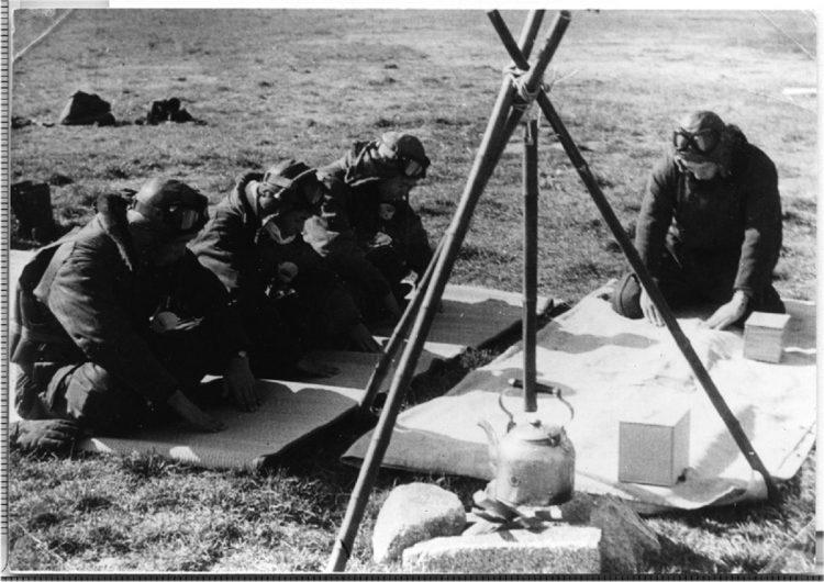 航空基地で搭乗員仲間に請われ、千さんがお茶を点てたこともあった(千さん提供)。