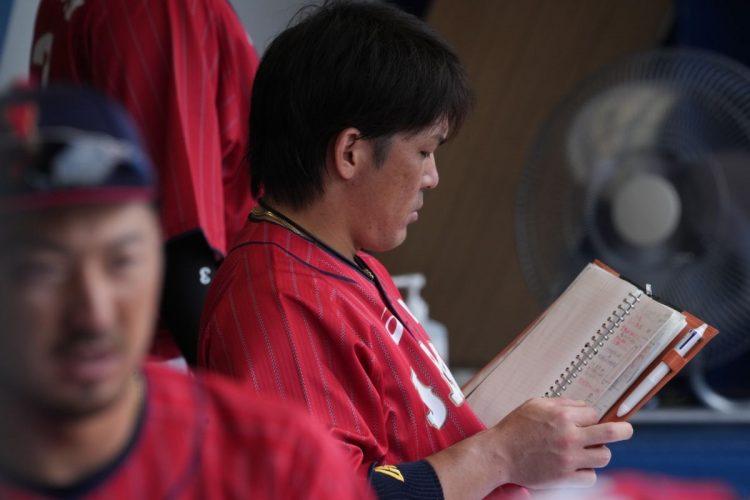 手書きのメモを真剣に読み込む甲斐(代表撮影JMPA+藤岡雅樹)