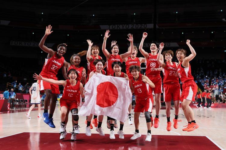 銀メダルを獲得した女子バスケチーム