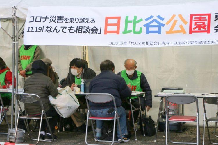 新型コロナウイルスの感染拡大を受けて生活困窮者向けに開かれた「なんでも相談会」。お金を失い、家を失いそうな困窮を訴える人が増えている。2020年12月19日(時事通信フォト)